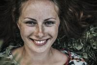 Le sourire a diverses fonctions dont celles de cultiver le bien être et  de créer des liens sociaux